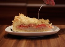 Streuselkuchen mit roten Stachelbeeren